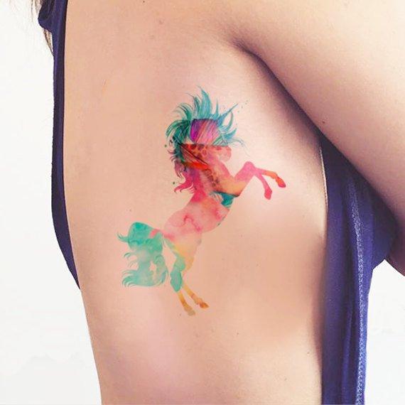 Tatuaje temporal unicornio acuarela