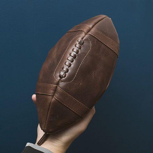 Neceser de piel con forma de balón de rugby